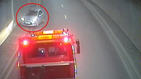FEIL VEI: Her kommer bilen kjørende i feil kjøreretning i Frodeåstunnelen. Se videoen lenger ned i saken.