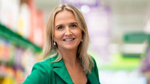 NYTT KUTT: Kristine Aakvaag Arvin, kommunikasjonssjef i Kiwi, forteller at de nå kutter prisene på en rekke varer folk handler mye av til jul. Foto: Kiwi