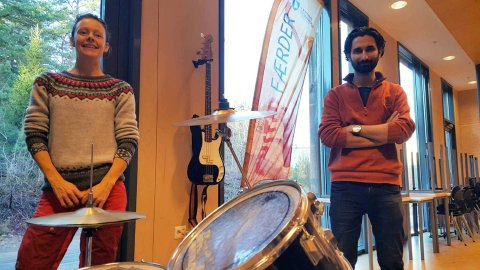 ROCKEVERKSTED: Miljøterapeut Lene Ingdal i Færder kommune gleder seg til å få virkelig fart på rockeverksted-tilbudet på Teigar. Her sammen med musikkinstruktør Milad Amouzegar .