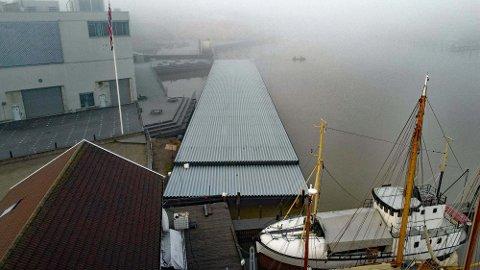 ENDELIG PÅ PLASS: Det er kommet opp en ny stor brygge i Kanalen som dugnadsgjengen ved Tønsberg Kystkultursenter har fått opp nå i desember.
