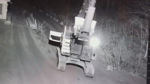 KJØRETUR: Mannen er blant annet dømt for å ha utøvet grovt skadeverk etter å ha brutt seg inn i en gravemaskin og kjørt seg en tur.