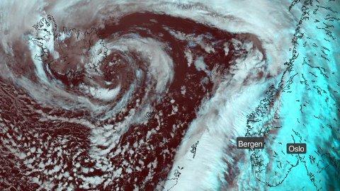 UVÆR I VENTE: Sjekk dette stormsenteret ved Island. På grunn av dette lavtrykket får vi både gråvær og vind de neste dagene.