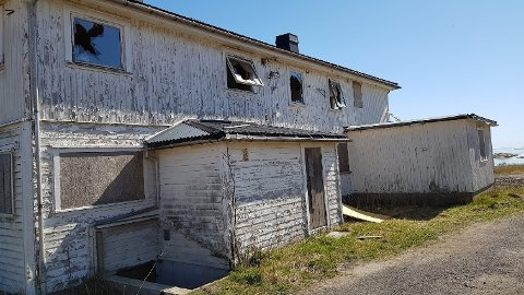 FORFALL: En gang var det yrende liv i bygningen. Nå er det bare forfall og farlig å oppholde seg inne. Naboene fortviler og mener at det gamle pensjonatet utgjør både risiko og ulempe for omgivelsene.
