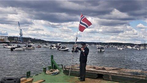 PÅ BRYGGA: Etter først å ha ledet an i avsyngingen av nasjonalsangen på 17. mai, ble Ragnar Torgersen stående igjen på land da båtkortesjen han selv hadde tatt initiativ til, seilet avgårde fra bryggen i Tønsberg.