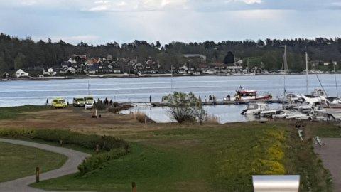 Flere ambulanser, politi og redningsskøyta rykket ut til Rosanes båthavn.
