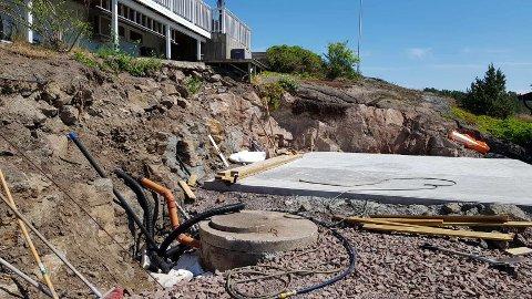 UTEN TILLATELSE: Det ble gjennomført store terrenginngrep for at en dobbelgarasje kunne bygges. Inngrepene krever dispensasjon fra bestemmelsene i kommuneplanen.