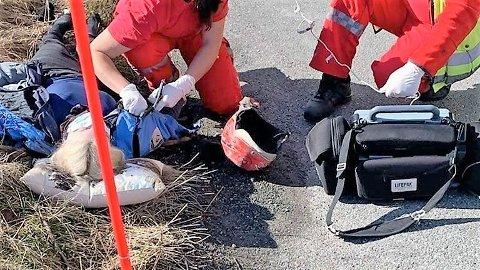 URØRLIG: Ambulansen har kommet fram, og Madelen Skarsholt får behandling etter ulykken.