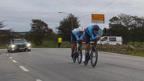 ALENE I MÅL: Jon Anders Bekken (foran) og Iver Knotten kjørte inn til sølv i NM i lagtempo alene, etter at Torjus Sleen punkterte omtrent halvveis i løypa.
