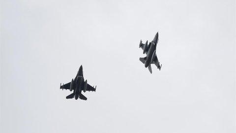 ØVER OM NATTEN: Jagerflyene trenger trening i mørket. Fordi det blir tidligere mørkt i Sør-Norge, øver de her nå.