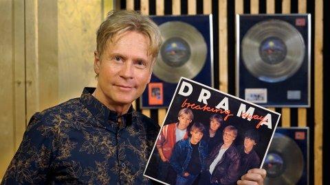 TIDSREISE: Per Kristian Indrehus, også kjent som «Muffe», holder her debutalbumet «Breaking Away» - som endelig kan bestilles på CD.