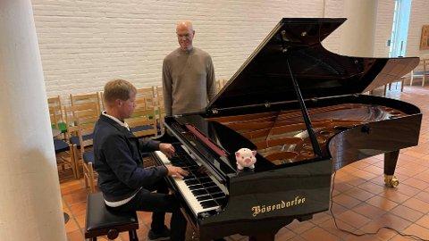 VELSKLANG: De ivrige organistene Arne Næss og Pål Weidemann er strålende fornøyde med Søndre Slagen kirkes nye kkonsertflygel, en vaskekte Bösendorfer i tipp-topp stand.