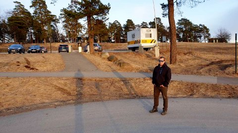 VIL HA PÅ PLASS FLERE STEINER: Harald Kjeverud etterlyser steiner som kan hindre bilister i å bruke gang og sykkelstien som snarvei mellom Moloveien og Ringshaugodden parkeringsplass.