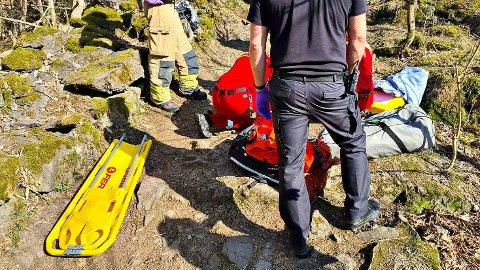 RYKKET UT: Brannmannskaper fra Tønsberg rykket ut for å bistå ambulansepersonell etter at en turgåer hadde falt ved Månedammen.