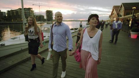 SOMMERBYEN: Familien falt pladask for Tønsberg i 2018, og nå flytter Tromsø-gjengen hit. Her går Victoria (fra venstre), Remi, Marcus (delvis skjult) og Jill-Therese en kveldstur på Brygga.