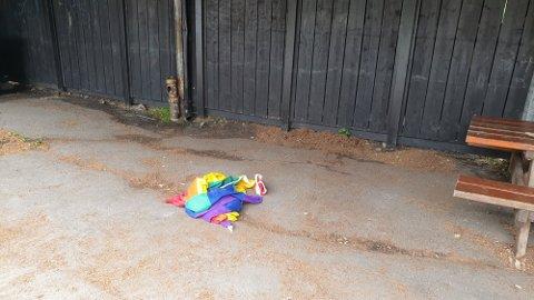 REVET NED: Slik ble flagget funnet i skolegården til Vestskogen skole søndag formiddag.