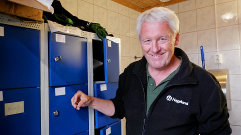 BRØT OPP DØREN: Her står gartner Geir Melling hos Hageland Gjennestad med gjenstanden han fant i skapet.