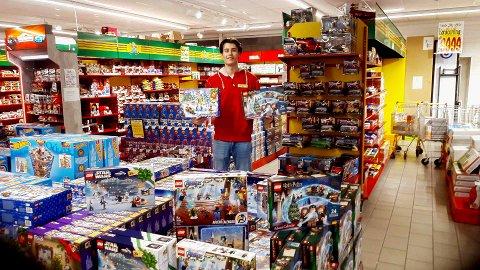 JUL IGJEN: De siste dagene har salgsmedarbeider Nikolai Holmlund fylt butikkhyllene med årets adventskalendere.