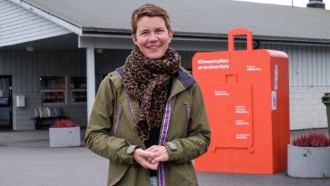 HÅPER FLERE KOMMER MED INNSPILL: Hanna Fossen-Thaugland i Tønsberg kommune ved installasjonen ved Kiwi på Vear.