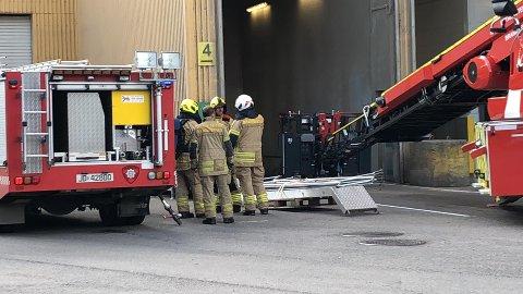 SØKER: Brannmannskaper søker nå inne i siloen med varmesøkende kameraer