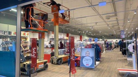 BYGGER OM: Butikken på K1 blir halvparten så stor. Det gir plass for en helt ny butikk, sier senterlederen.