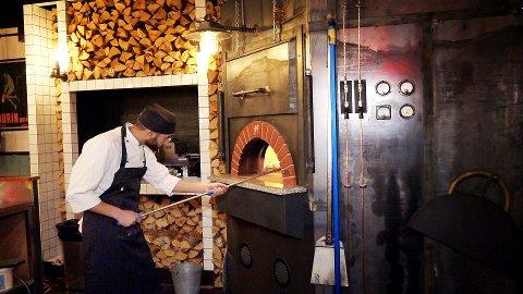 CASA INFERNO: Vedfyrt ovn så klart. På Casa Inferno leker de ikke pizzakokk.