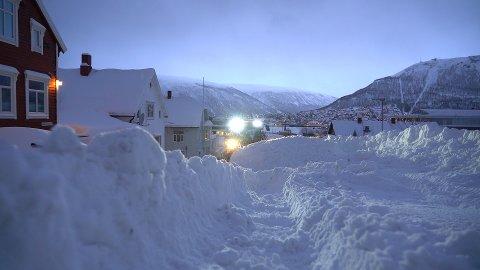 SNØKAOS: Det er kommet over 30 centimeter snø siden mandag, viser statistikken fra Meteorologisk institutt. Heftig, innrømmer bydriftsjefen.