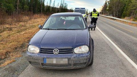 STOPPET: Denne utenlandskregistrerte bilen ble stoppet på veg ut av landet på E14 søndag. Bilen var full av gods som politiet mener stammer fra en rekke tyverier i Trøndelag de siste dagene.