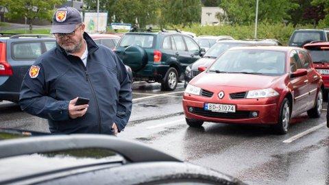 PÅ JOBB: Parkeringsformann Odd Erik Fahsing har så langt i år skrevet ut over 1.000 bøter, som er fem ganger så mye som hele fjoråret. Han anslår å ha skrevet ut bøter for rundt 700.000 kroner i Namsos i år.