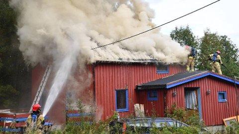 KRAFTIG RØYK:Det er kraftig røyk som kommer opp av taket.