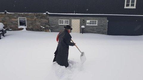 SNÅKAOS: I stedet for å nyte  sydens varme sol på Gran Canaria, måtte Terje Tysland ut å måke snø hjemme på Vetleenget etter at koronaen slo til.