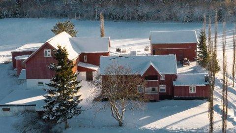TIL SALGS: Gården Granheim I Høysloveien 250 er til salgs igjen, to år etter forrige gang. Verdiøkningen siden da er 1,5 millioner kroner.