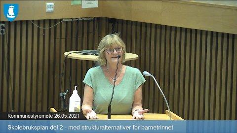 BEKYMRET: Gjertrud Holand har 22 år i kommunestyret bak seg, hun har aldri før hørt at kommunen står i fare for å havne på ROBEK-lista. Samtidig ønsker hun å styrke kvaliteten i skolen, men sier det blir vanskelig når flertallet ikke er villig til å diskutere strukturen.