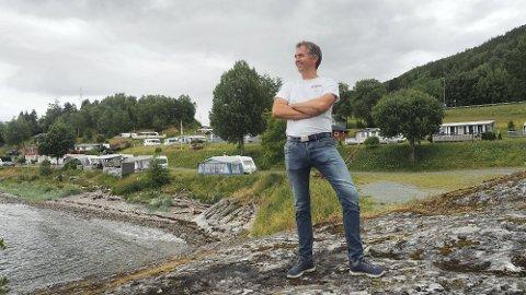 STAPPFULLT: Geir Arthur Kalseth driver Koa Camping på Røra og sier de har hatt mange gjester. – Her er det stappfullt, forteller han.
