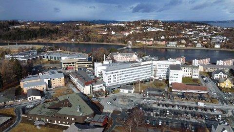 DØDSFALL: En person som har vært innlagt i en måned ved Sykehuset Levanger med koronasmitte døde onsdag. Vedkommende hadde underliggende sykdom.