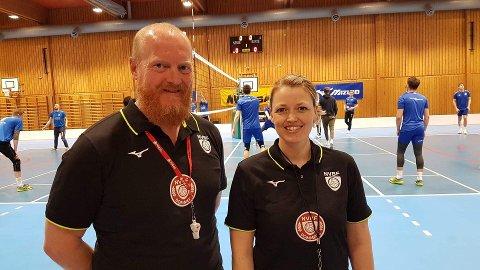 FINALEKLARE: Ellen Mari Burheim er førstedommer, mens Frank Møllegaard er andredommer når cupfinalen i volleyball for sesongen 2020-2021 spilles i Oslo lørdag.