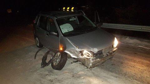 Bilen fikk forholdsvis store skader i fronten. Eieren venter nå på bilberging.