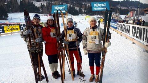 Ellen Futtrup, Therese Høyesen, Elin Søraker og Laila Brynhildsen hadde med seg dette gammeldagse skiutstyret til Italia for å gå et klassisk skirenn. Privat foto