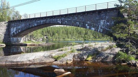 Sykkelveien mellom Åmli og Treungen passerer blant annet Høgefoss bru. Arkivfoto