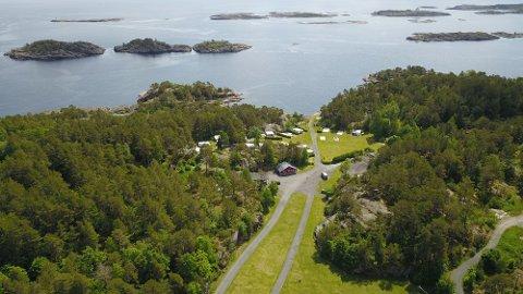 Camping ved havet: Har du bobil eller campingvogn kan du komme hit i sommer. På campingplassen på Risøya på Gjeving er det i sommer tilrettelagt for bobilturistene.