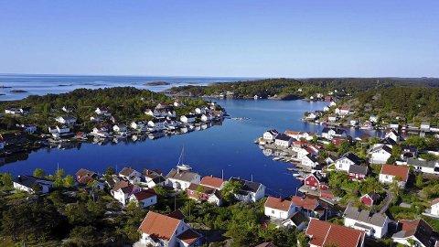 Lyngør: Tre boplikthus ligger ut til salgs nå. De har en prisantydning fra 8,5 til 120,5 millioner kroner.  Foto: Sønnavind Drone & Boligfoto