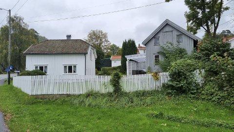 Parkeveien: Eiendommen ligger sentralt plassert like ved fylkesveien og kommunehuset i sentrum.