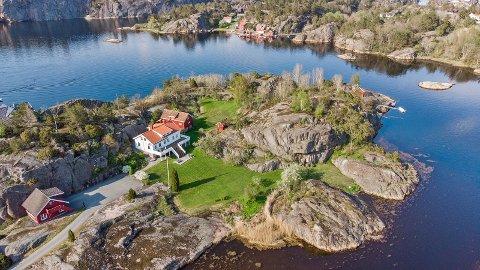 Denne eiendommen på Gjeving, med lang strandlinje, ble etter det Tvedestrandsposten kjenner til solgt for 15 millioner kroner i dag - fire millioner over takst. Foto: Camilla Husavik/Invisio
