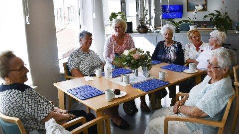 Viktig tilbud: Det er mange som setter pris på aktivitetstilbudet på Strannasenteret. Her er Tora S. Mikalsen Martha Nilsen (84), Inger Marit Torp, Marie Olsen (85), Irene Strandene, Anne Mesel (90) og Else Andersen (91). Arkivfoto