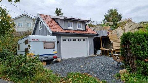 Ifølge naboen blir denne garasjen brukt som oppholdsrom, supplert med campingvogna som brukes til å sove i. Kommunen må nå avgjøre om dette er lovlig.