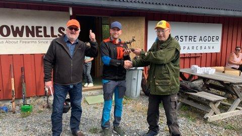 Marius Sørensen ble vinner av seniorklassen. Her blir han gratulert av John Geir Smeland og Roar Sommerseth.