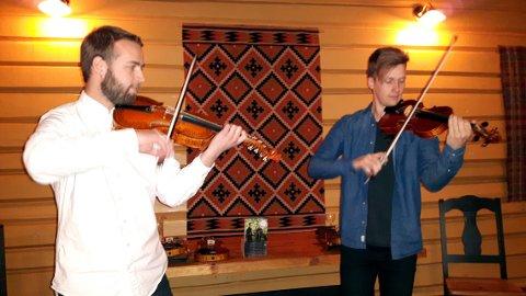 Unikt samspel: Sivert Holmen (t.v.) og Bjørn Kåre Odde leverte unikt samspel på hardingfele og flatfele i Slidrehuset på Valdres Folkemuseum.