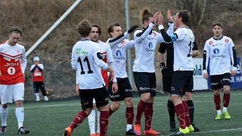 Mönell-scoring: Her har  svensken Dan Mönell nettopp gjort 1-0 for Valdres FK.