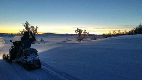 Tapptjedndalen: Ola Thon på snøskuteren tysdag kveld etter ein lang dag i fjellet. Han fortel at det her lengst aust i Nord-Aurdal er 30-40 centimeter snø. Foto: Arve Lokreim.