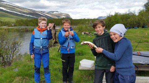 Fiskedag ved Buaråne *** Local Caption *** Dagens fangst: Amund Olsen Johme, Håkon Lasskogen, Luka Vladovic og Sigurd Andris Sørengen med en del av dagens fangst