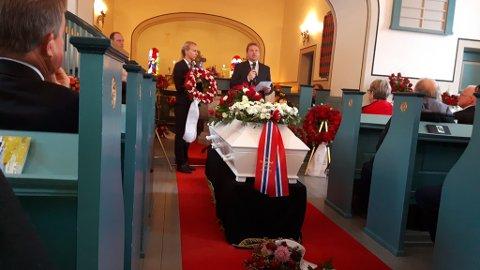 La på krans: Ordførar i Vang, Vidar Eltun, la på krans og sa fram minneord på vegner av alle Ap-laga i Valdres.